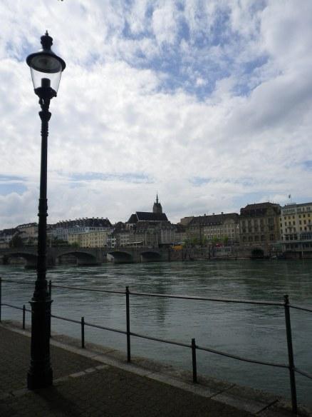 Mittlere Brücke vu du Unterer Rheinweg